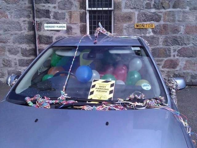 a modo de burla le meten globos y confettis para que ya no se estacione donde mismo