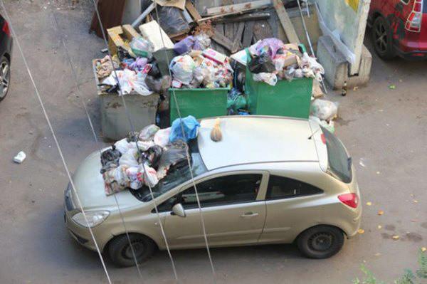 decoran auto con basura por estar estacionado en un lugar prohibido