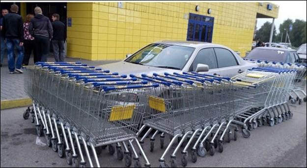encierran en carritos de supermercado a un carro mal estacionado