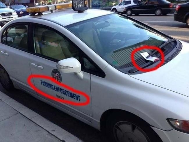 multan a ptatrulla de multas por estar mal estacionado