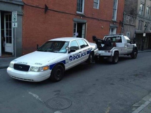 grua se lleva patrulla de la policia en los estados unidos