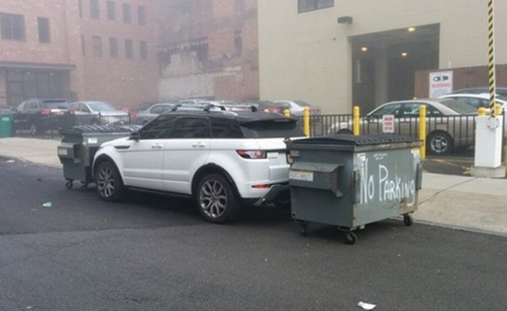 lo encierran entre los dépositos de basura