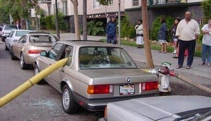 se estaciona en hidrante y ocurre incendio. Rompen sus ventanas