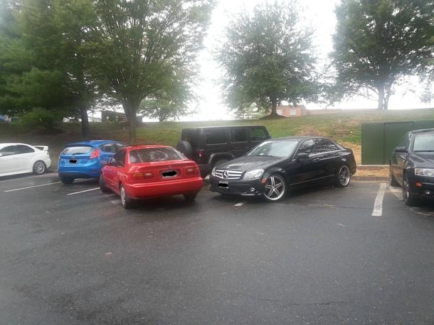 encierran auto con otros para evitar que salga. se estaciono mal