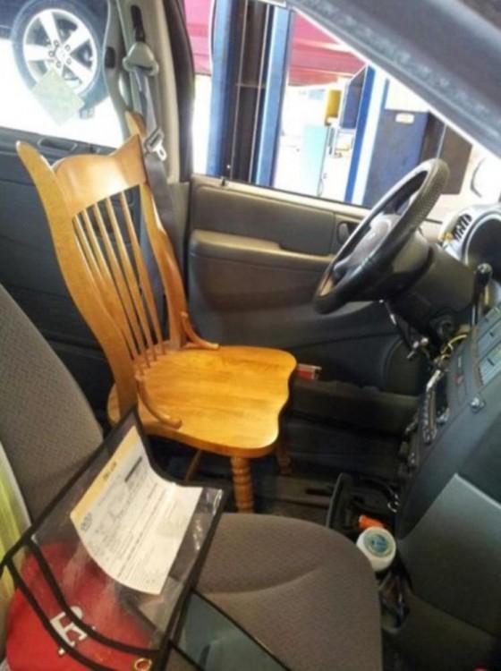 silla de madera en el lugar donde va el asiento del conductor en un coche