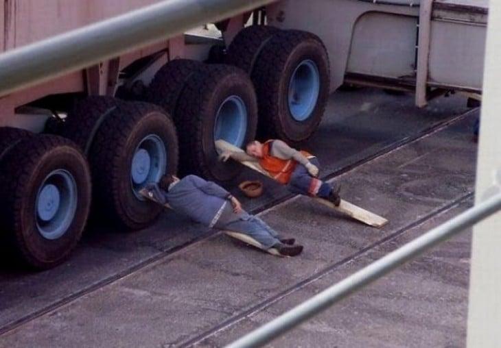 hombres inventan camas con maderos recargados en la llanta del trailer y asi poder descansar