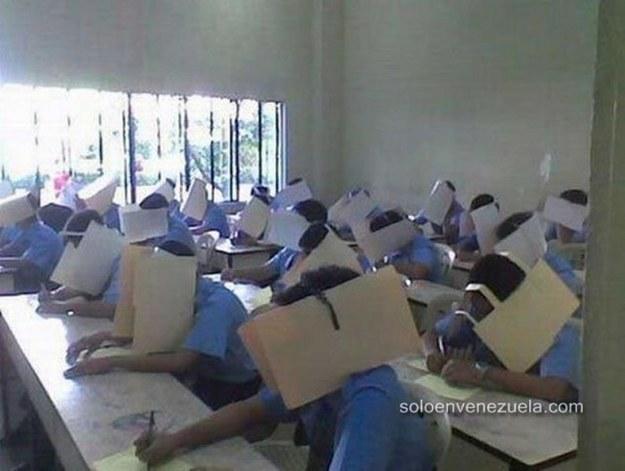 maestro les pone folder manila en examen para evitar que copien los alumnos