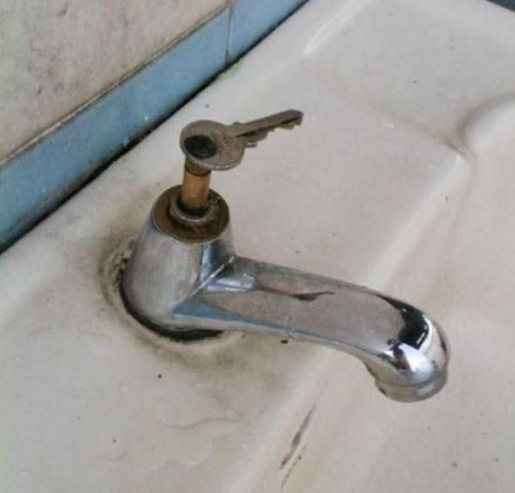 manija reparada para el lavamanos con una llave convencional