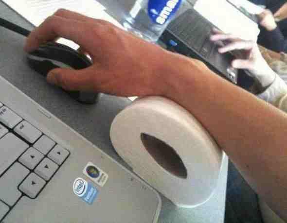 hombre inventa porta mouse para descansar el brazo y evitar el mal del carpoo