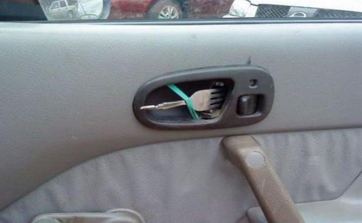 persona inventa manija con un tenedor para poder seguir abriendo la puerta del copiloto del carro