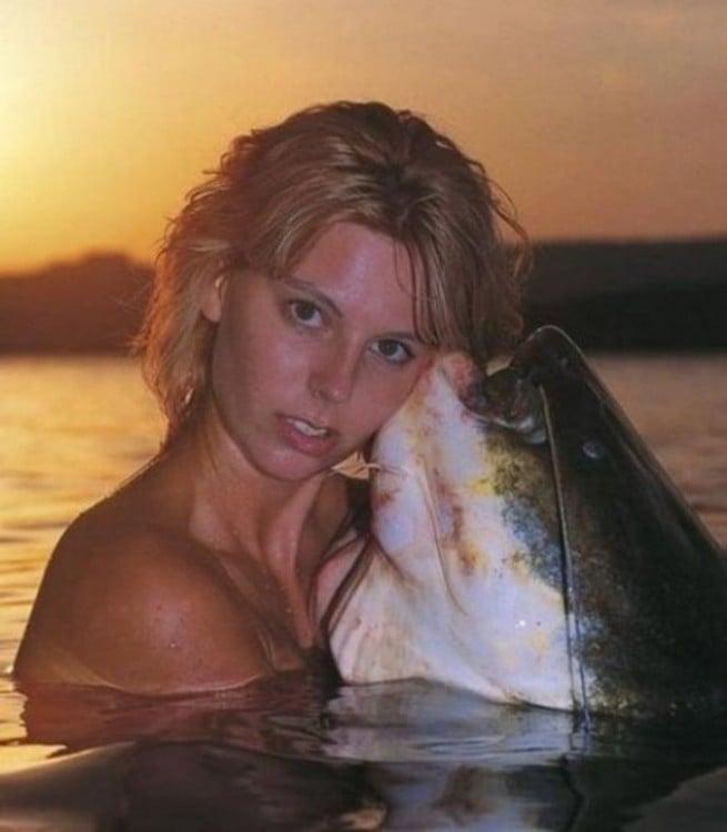 mujer besando un pez