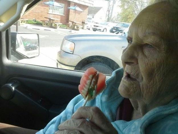 viejita sin dientes intento comer paleta con dentadura postiza