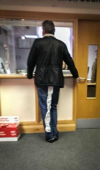 hombre con papel sanitario atorado en el pantalon