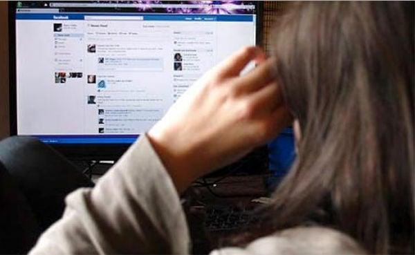 mujer viendo el facebook