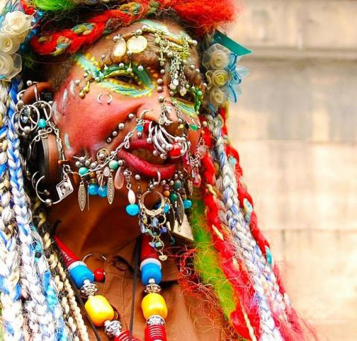 la mujer con más perforaciones en la cara en todo el mundo