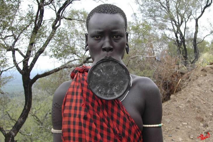 hombre camerunes con labio perforado