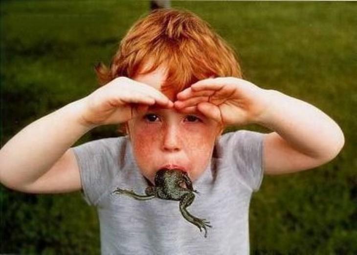 niño con una rana dentro de la boca para probar su sabor