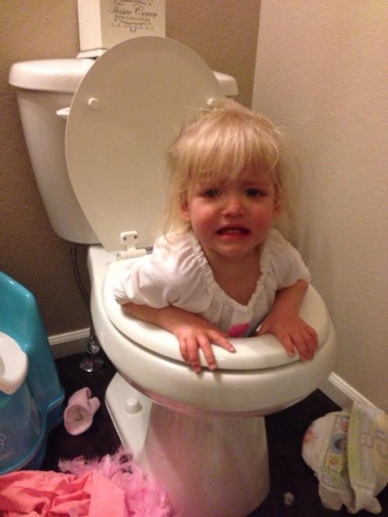 niña atorada en la tasa del baño llorando asustada