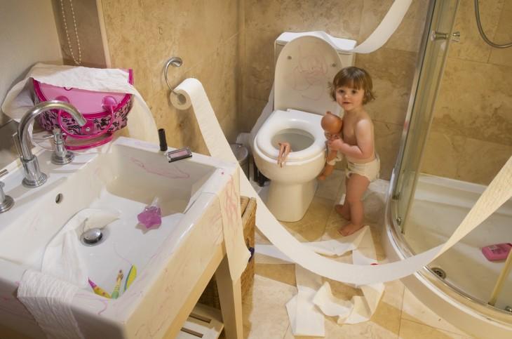 niña construyendo castillo de princesas en el baño de su hogar