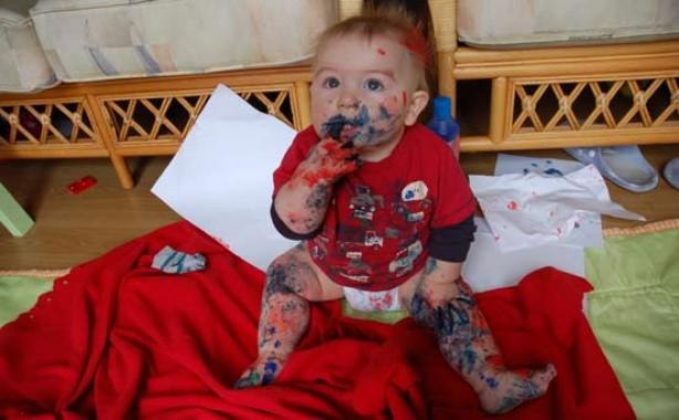 niño comiendo marcadores, pintado de todo el cuerpo