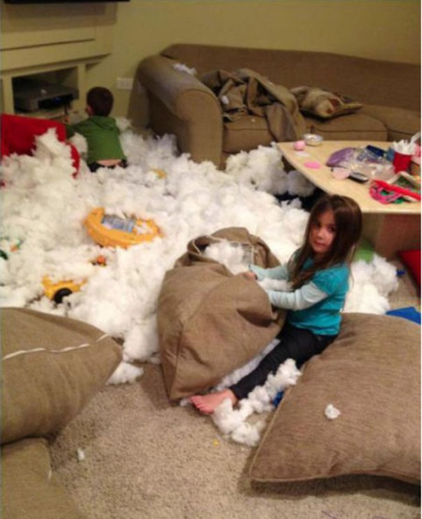 niños destruyen cojines de la sala mientras jugaban