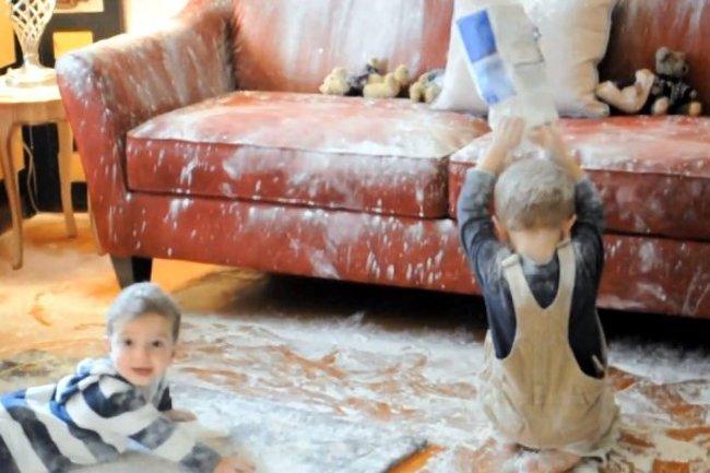 niños jugando en la sala ensuciando todo a su paso