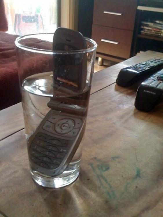 celular dentro de un vaso con agua