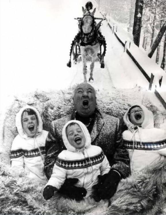 el maestro del terror jugando con sus nietos a atrapar copos de nieve