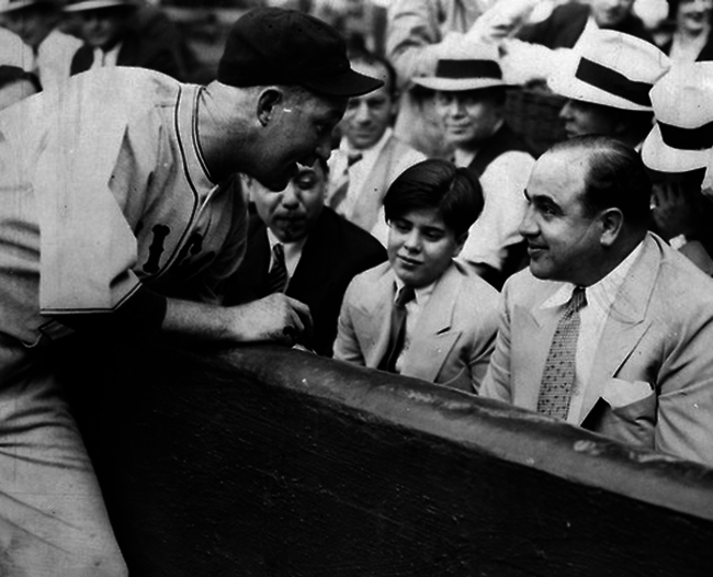 hijo de alcapone recibe pelota autografiada de recptor de los cubs en 1931