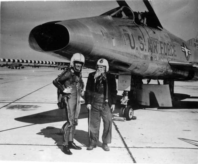 veterano de guerra a sus 97 años frente jet de combate f 86