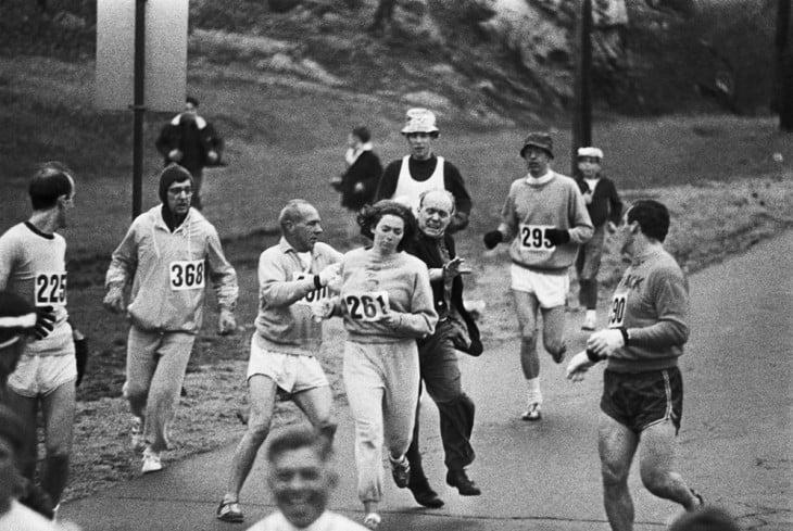 organizadores de maratón tratan de impedir que la unica mujer de la competencia termine la carrera