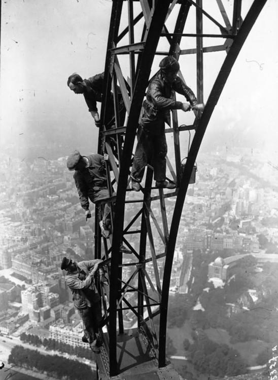 obreros parisinos pintando la torre eiffel