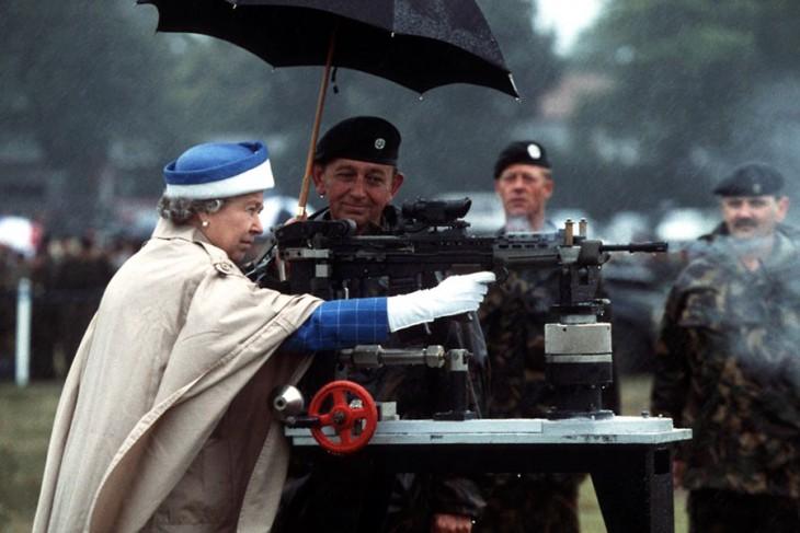 Reina Elizabeth 2 disparando una arma britanica