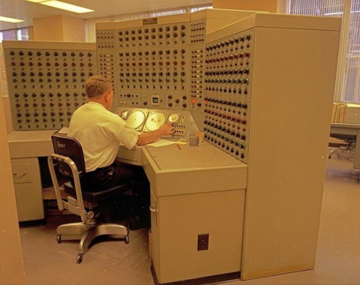 Hombre trabajando en computadora análogica 1968