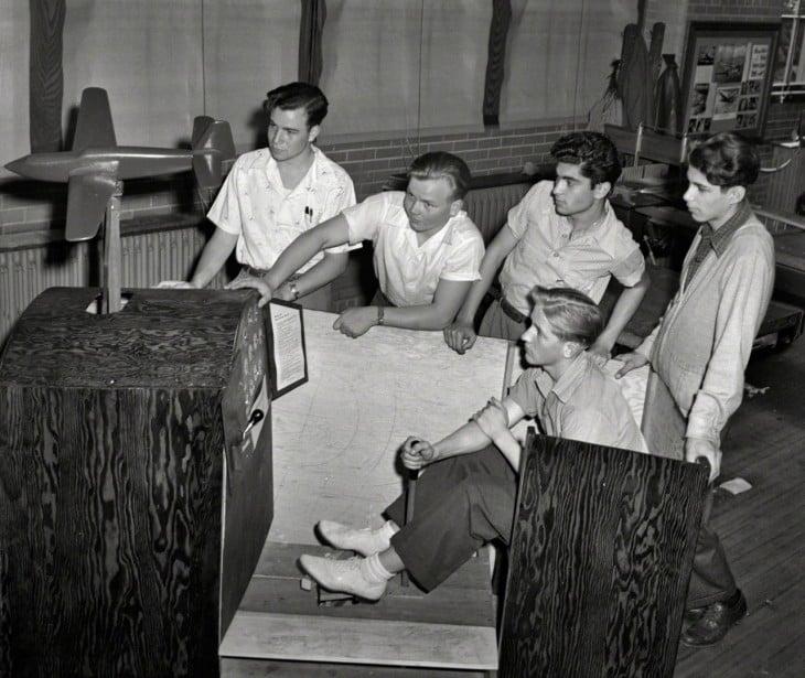 uno de los primeros simuladores de vuelo hecho de madera en 1942