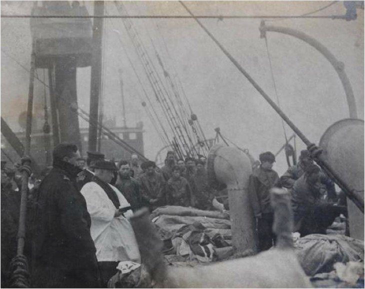 sacerdote ofreciendo plegaria para victimas del titanic
