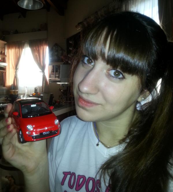 papa le regala un carro a su hija