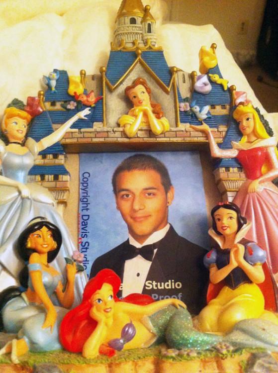 foto de hijo en un portaretrato de princesas