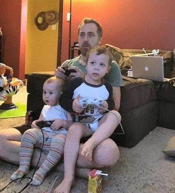 papa juego xbox y simula que sus hijos también para dejarlos quietos