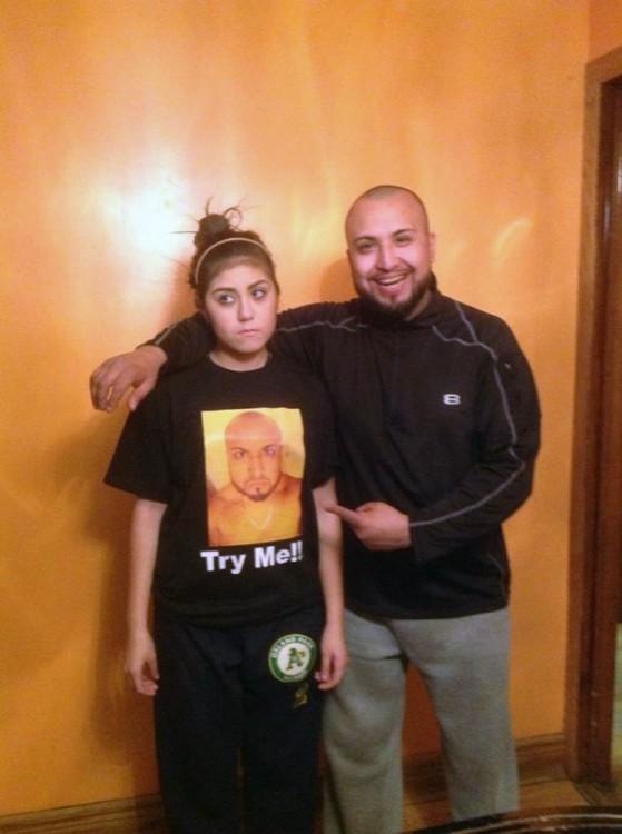 padre le regala una playera a su hija con sus foto para que no se le acerquen los novios