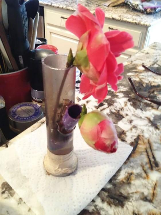 pipa para quemar marihuana utilizada como florero con unas rosas
