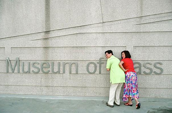 padres fingen estar en el museo de traseros