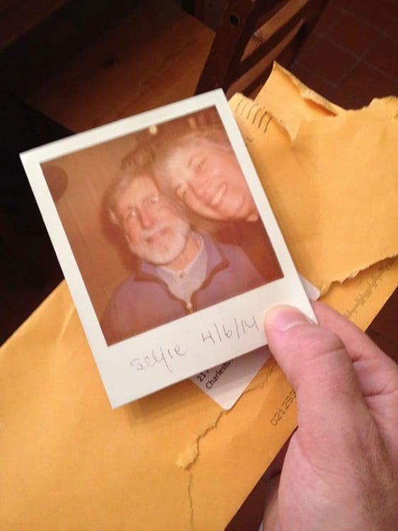 selfie de padres que llega por correo terrestre
