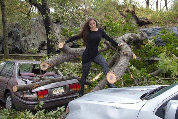 mujer sobre troncos se posa sexy