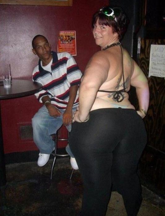 mujer robusta posa sexy para la foto