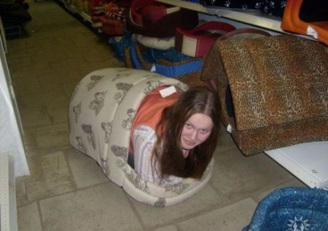 mujer se guarda en casita para mascota para fetiche
