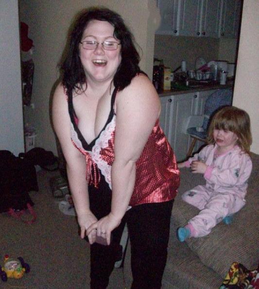 niña llora al ver a su mama jugueteando