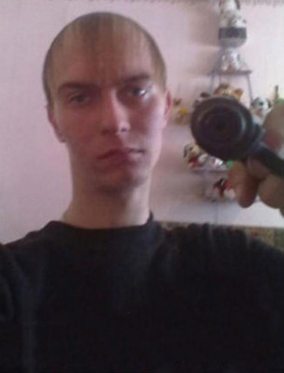 hombre se siente rudo posando con pistola