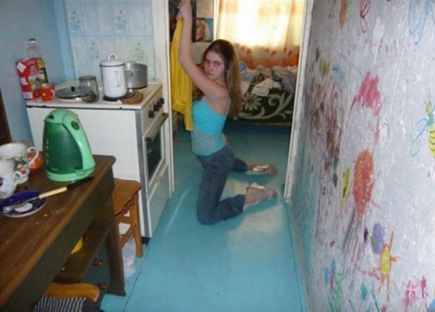 mujer posa junto a la estufa
