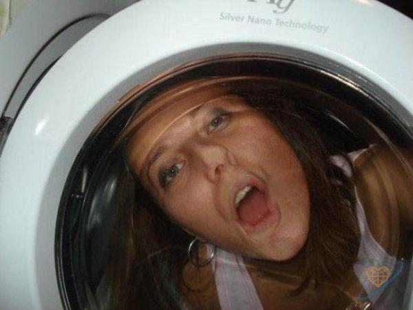 mujer a traves del vidrio de la lavadora